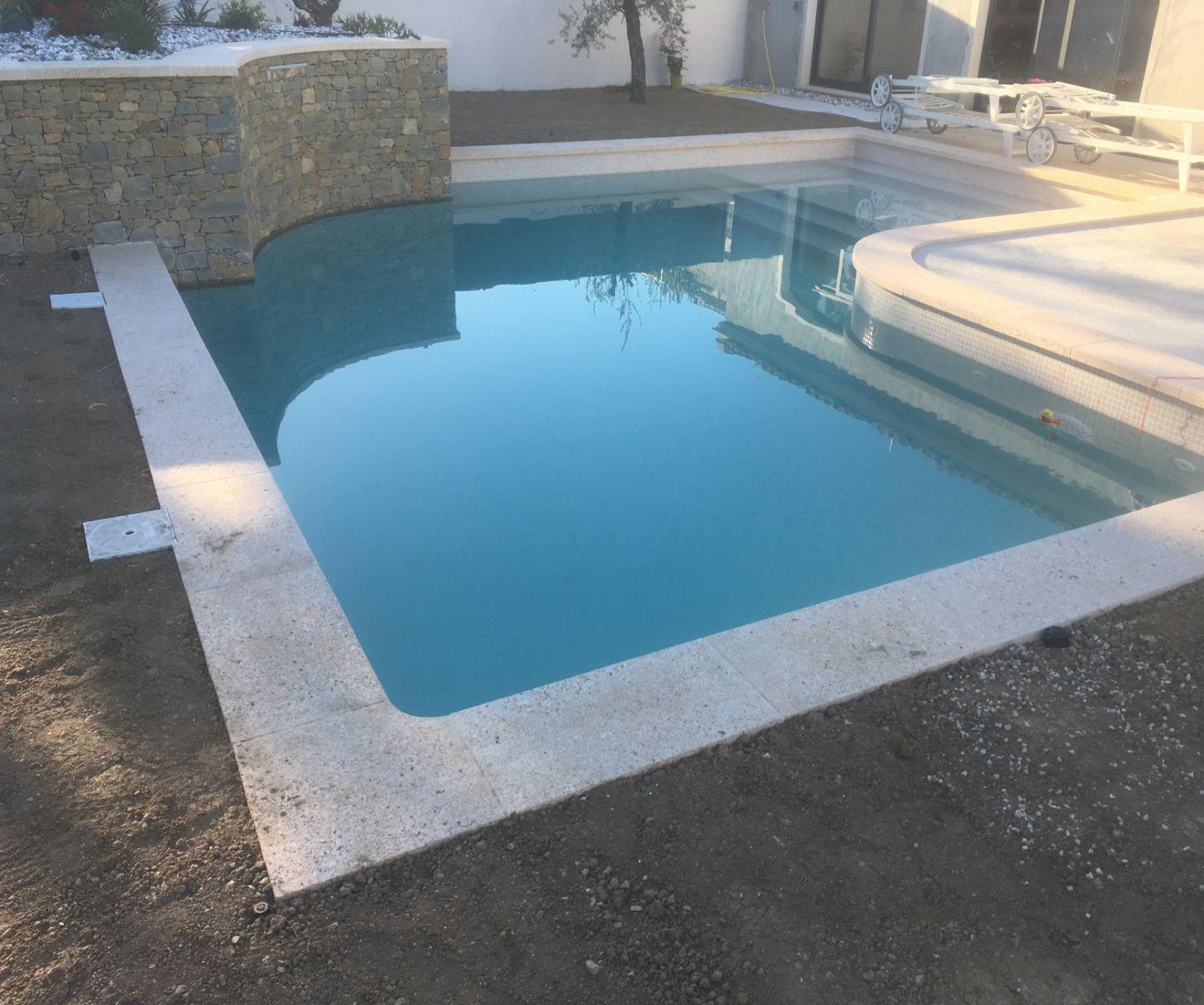 Margelle de piscine tailleur de pierres marseiile for Depassement margelle piscine