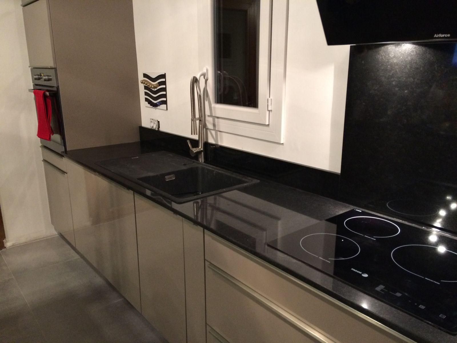 Plan De Travail Cuisine En Granit Noir plan de cuisine en granit noir brillant à vaugines 84160