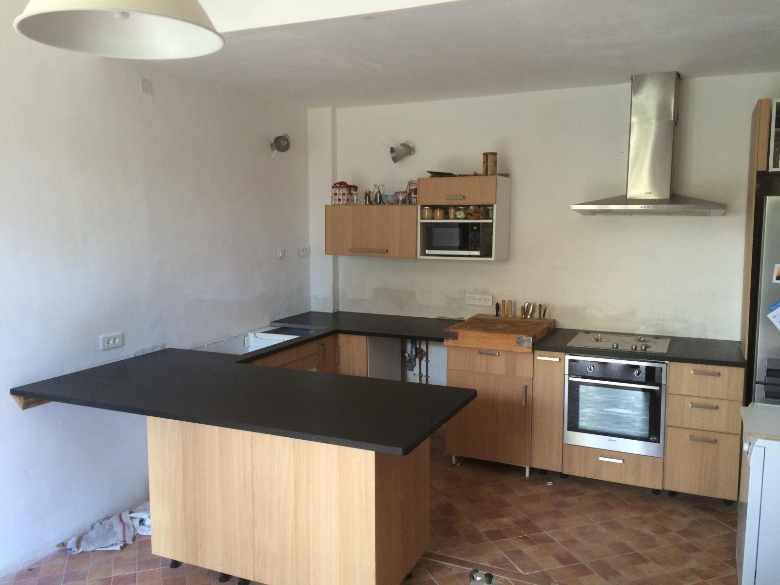 Réalisation de plan de travail de cuisine en granit noir à salon ...