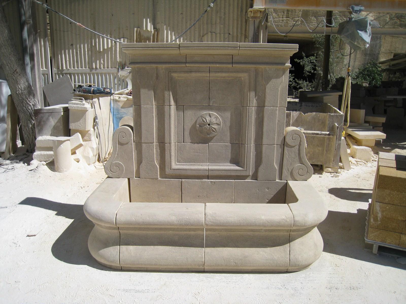 fabrication et pose d 39 une fontaine patin e en pierre naturelle saint r my de provence. Black Bedroom Furniture Sets. Home Design Ideas