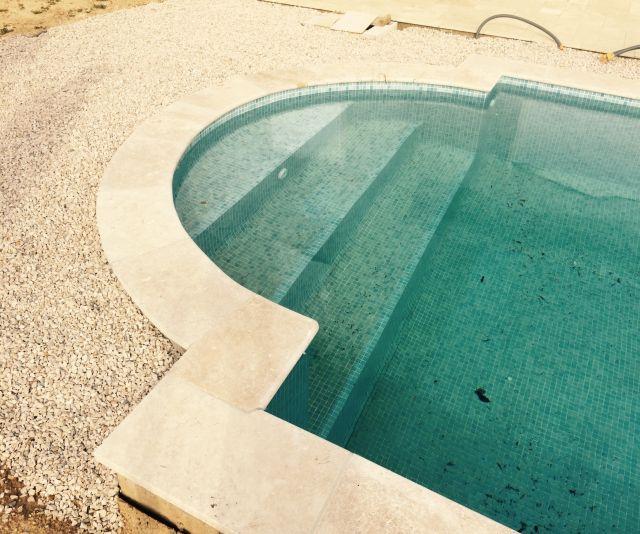 taille sur mesure de margelles de piscine tailleur de pierres marseiile d coration. Black Bedroom Furniture Sets. Home Design Ideas